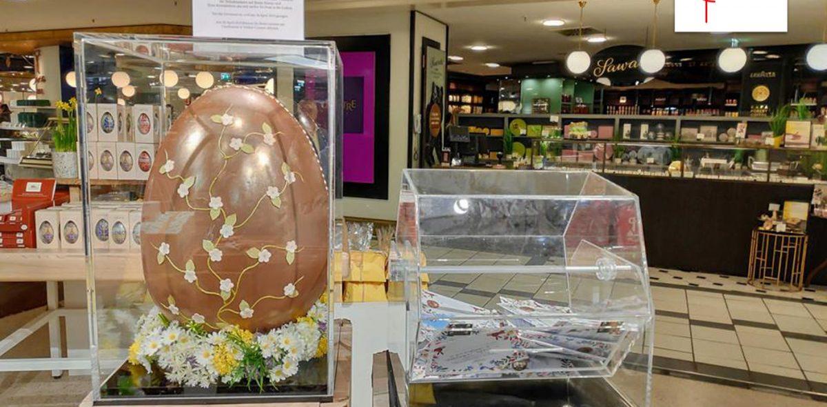 Stand mit großem Schokoladen-Ei