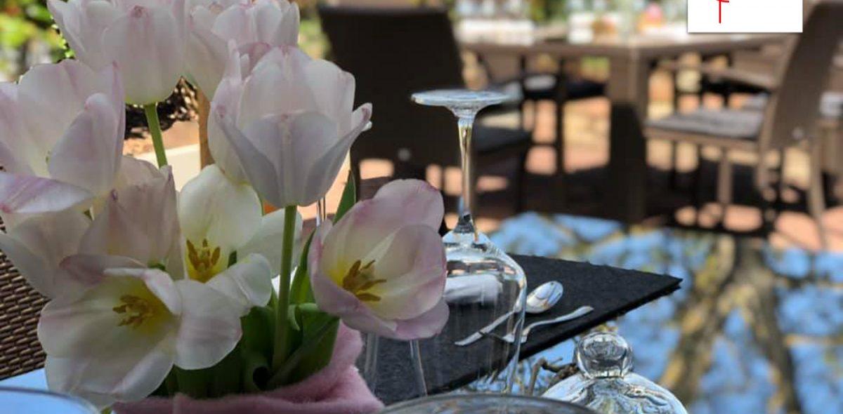 Tisch besteckt mit Blumen