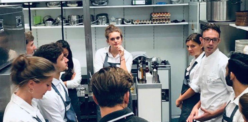 Küche mit Personal im Gespräch