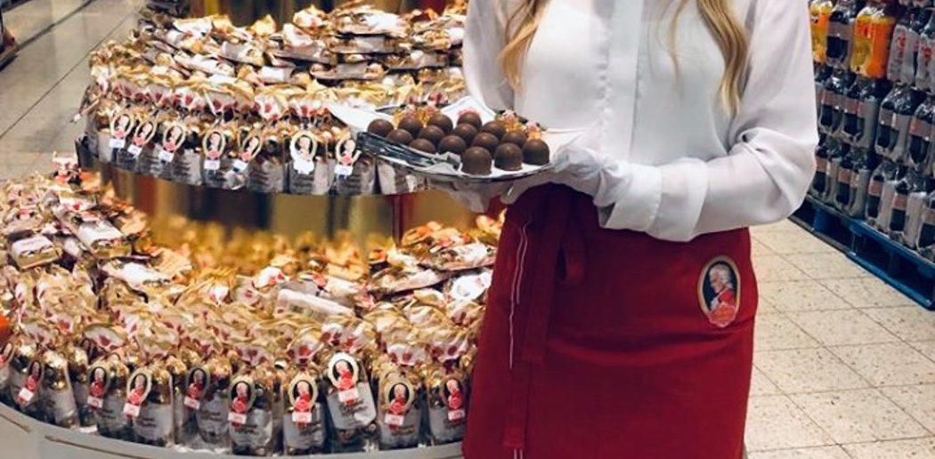 Verkostungsdamen an Mozartkugel-Produktausstellung
